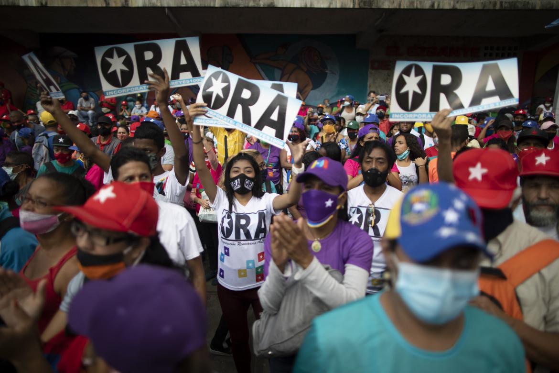 Sostenitori del governo Maduro in piazza a Caracas