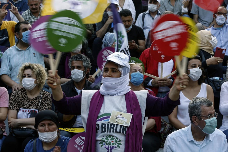 Donne a una manifestazione del partito filo-curdo Hdp a Istanbul