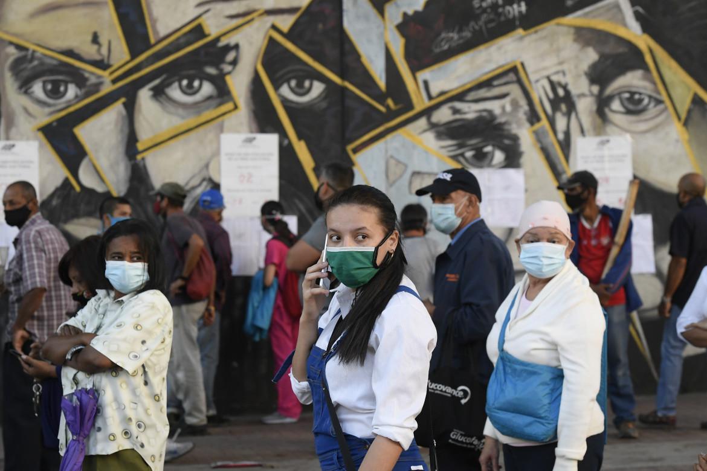 Elettori in coda, domenica 6 dicembre, in un seggio di Caracas