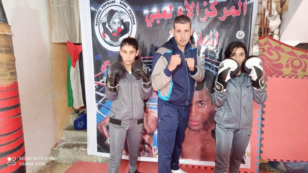 Le giovani pugili di Gaza con l'allenatore Osama Ayob