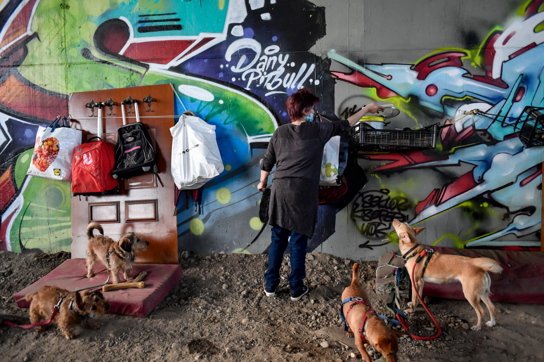Milano, una famiglia sfrattata trova riparo sotto un ponte (24/04/2020)