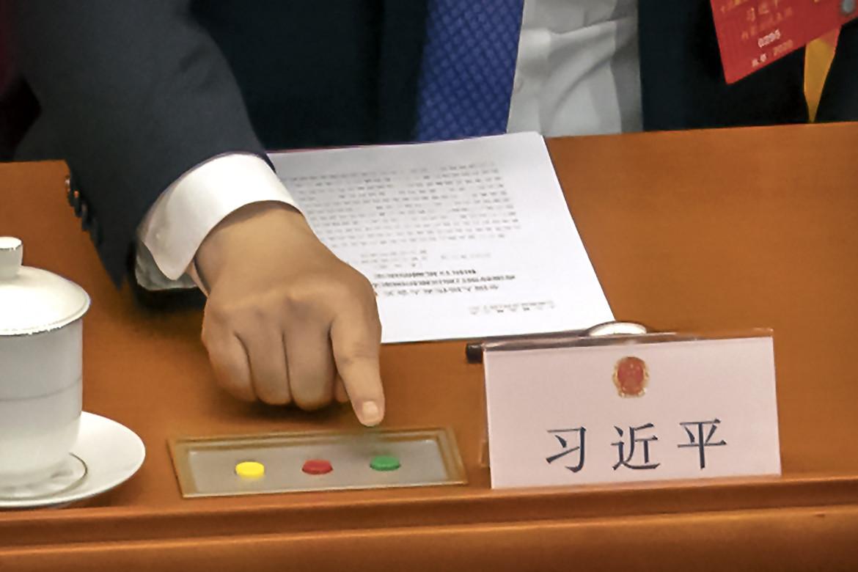 La mano di Xi Jinping, impegnata in una delle votazioni durante la scorsa Assemblea nazionale a Pechino