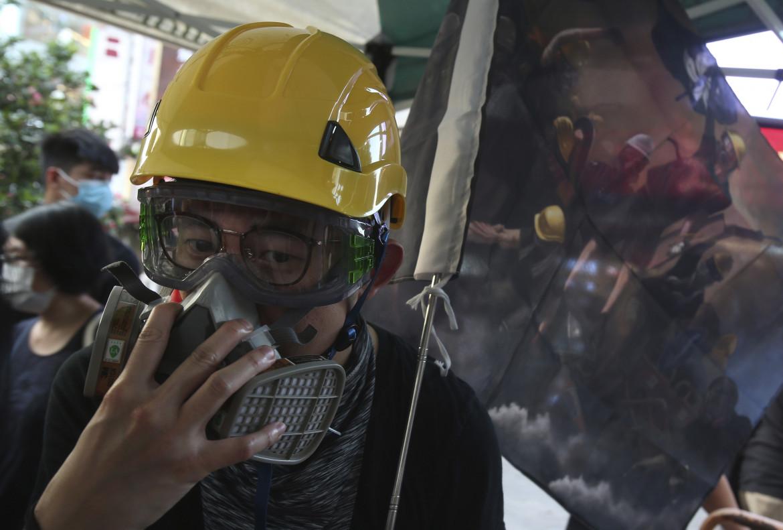 Un manifestante ad Hong Kong indossa la maschera anti-gas. Nel giorno dell'anniversario della prima manifestazione contro la legge sull'estradizione.