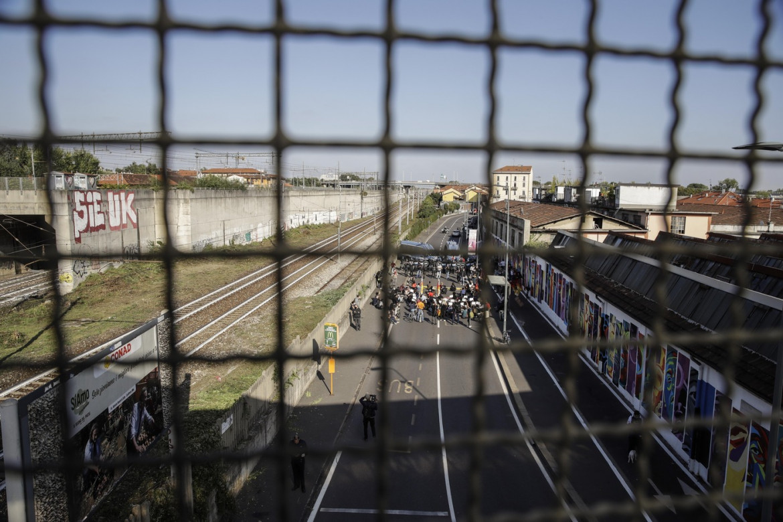 Proteste davanti al Cpr di via Corelli contro il trasferimento dei migranti