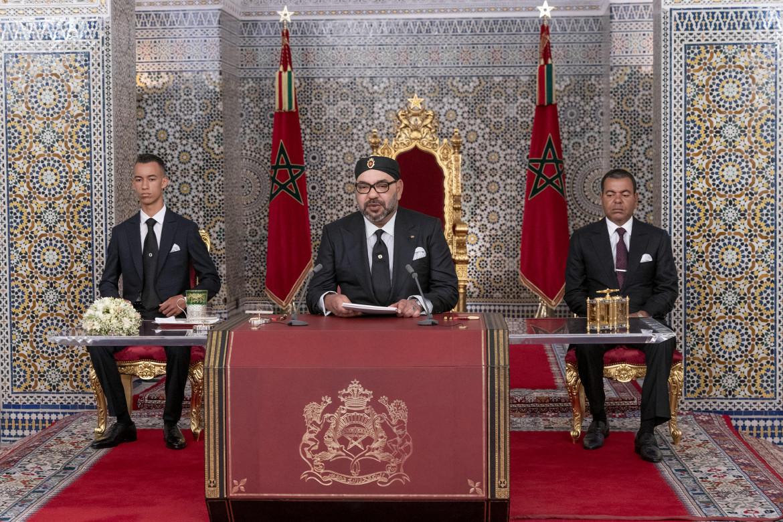 Re Mohammed VI, insieme ai figli Moulay Hassan e Moulay Rashid, parla alla nazione dal palazzo reale di Tetouan, in Marocco
