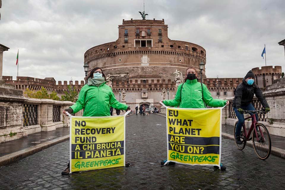 Attivisti di Greenpeace davanti a Castel Sant'Angelo