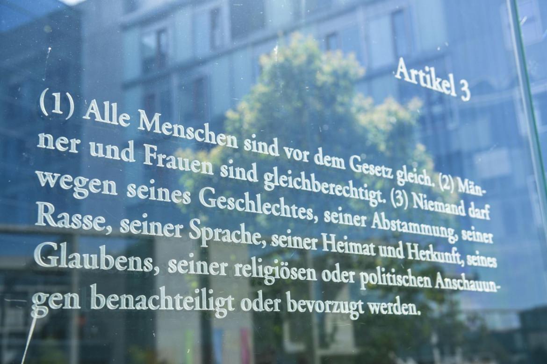Berlino, la vetrata dell'artista Dani Karavan sulla Sprea con l'articolo 3 della Legge Fondamentale