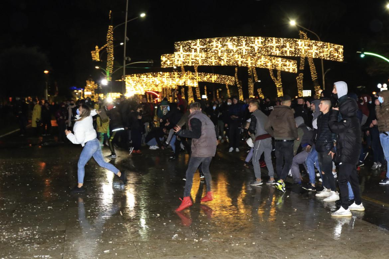 Gli incidenti notturni a Tirana. Protagonisti i giovani delle periferie della capitale albanese