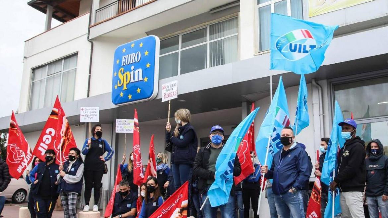 Una protesta sindacale davanti ad un supermercato Eurospin