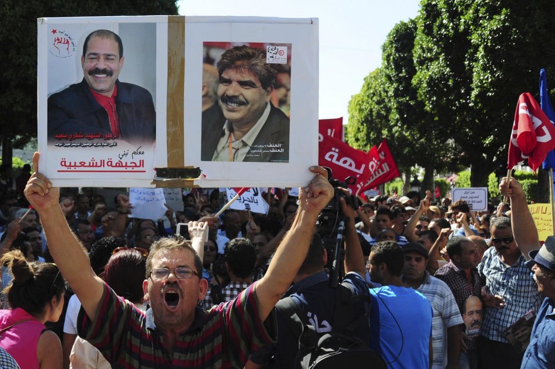 I poster di Chokri Belaid e Mohamed Brahmi ogni mercoledì ricordano nele strade di Tunisi l'omicidio dei due esponenti della sinistra avvenuto nel 2013