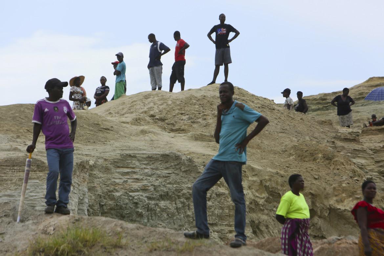 La ricerca dei dispersi da parte dei parenti nella miniera di Bindura