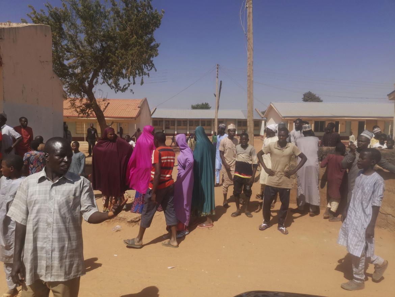 Lo sgomento dei parenti dei ragazzi sequestrati di fronte alla scuola di Kankara, nel nord-ovest della Nigeria