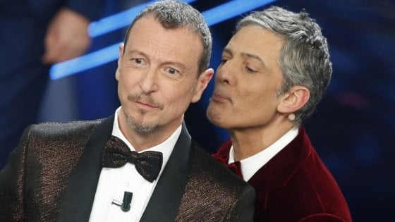 Fiorello e Amadeus sul palco dell'Ariston a Sanremo 2020