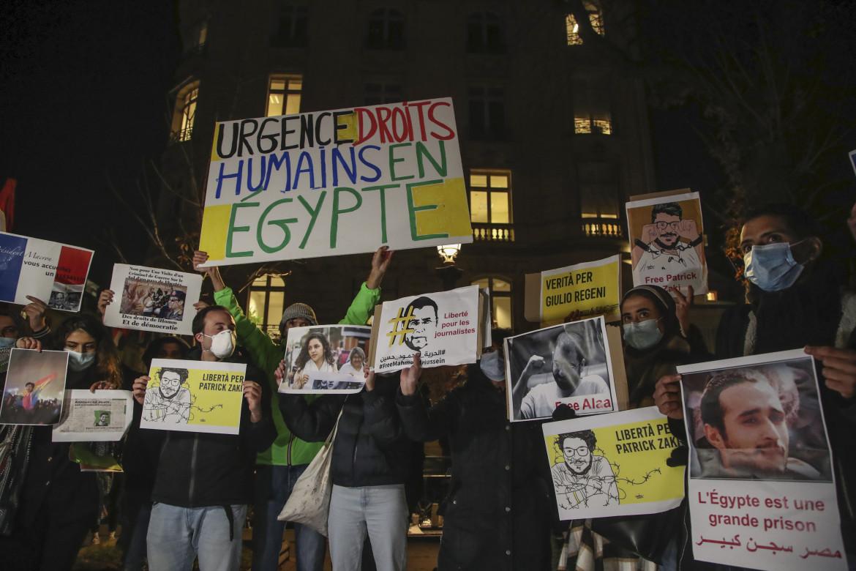 La protesta fuori dalla sede dell'Assemblea nazionale di Parigi contro la visita del presidente egiziano al-Sisi, lo scorso 8 dicembre