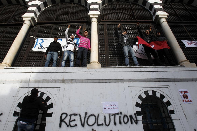 Tunisi, 21 gennaio 2011. Protesta in piena Rivoluzione dei Gelsomini di fronte al palazzo del governo