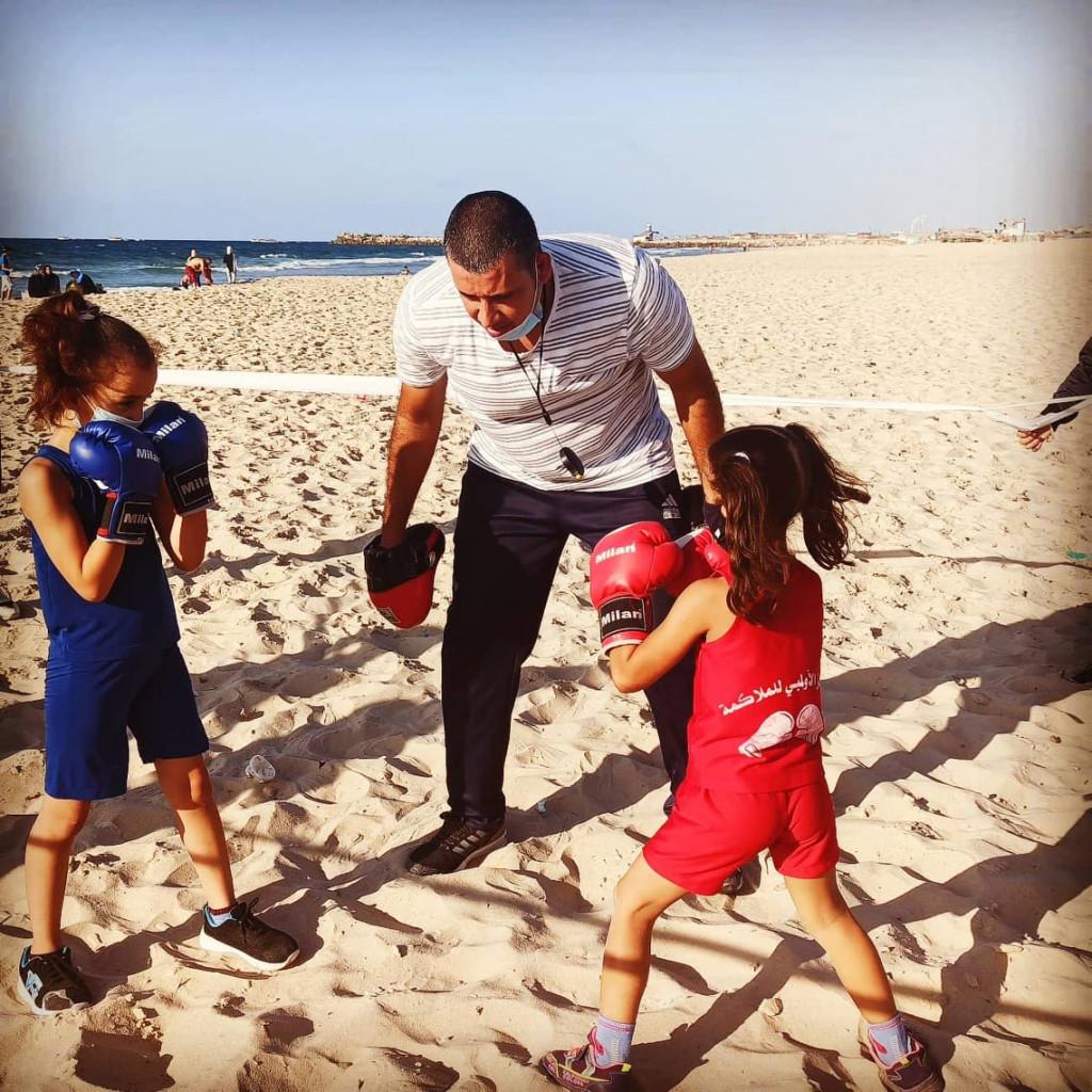 Osama Ayob in spiaggia a Gaza con le giovani atlete