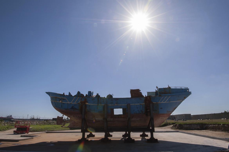 I resti di un barcone naufragato al largo di Melili