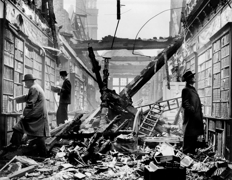 La libreria della Holland House di Londra dopo il bombardamento tedesco del 27 settembre del 1940