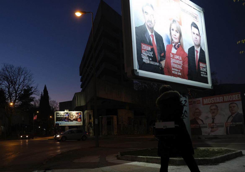 Cartelloni elettorali nelle strade di Mostar
