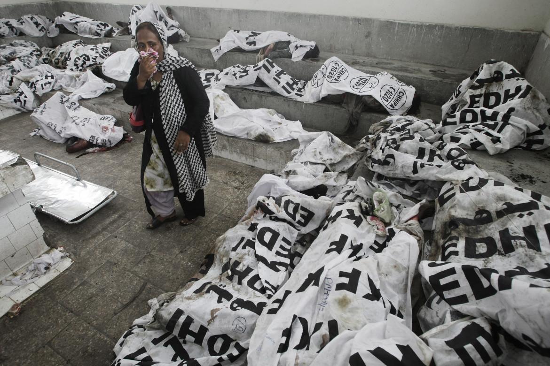 12 settembre 2012, la ricerca dei dispersi alla morgue di Karachi, Pakistan