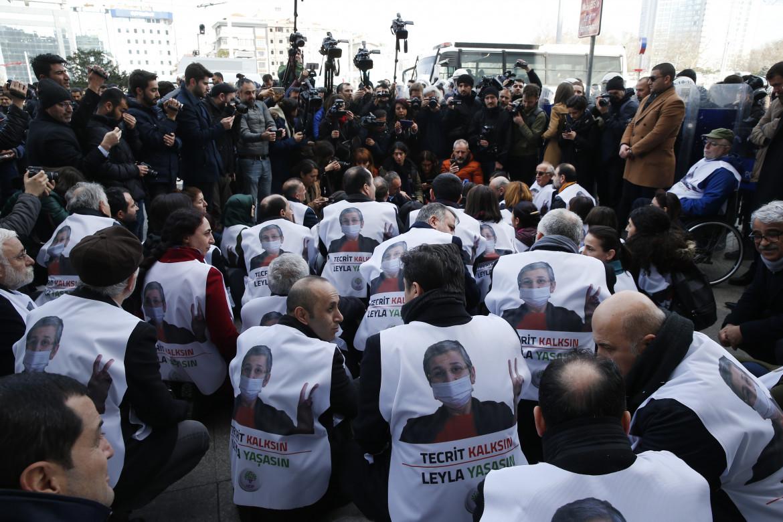 Parlamentari e sostenitori dell'Hdp durante un sit-in a Istanbul in solidarietà con Leyla Guven, all'epoca in sciopero della fame
