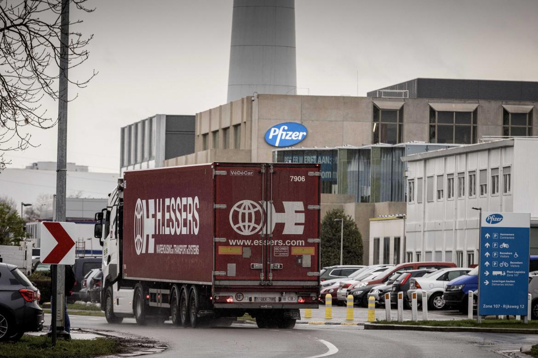 Un camion entra nel quartier generale della Pfizer, a Puurs in Belgio, per effettuare un carico; in basso il presidente dell'Aifa Giorgio Palù