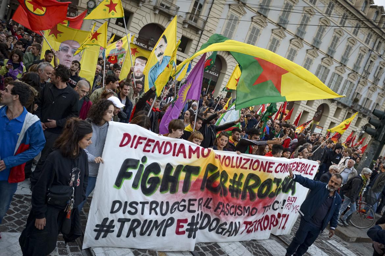 Presidio a Torino contro l'invasione turca del Rojava