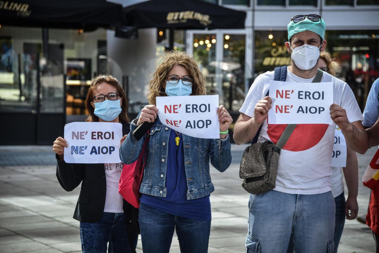 Protesta degli operatori della sanità davanti alla Regione Lombardia