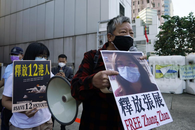 Hong Kong, Lee Cheuk-Yan ieri durante un sit-in con la foto della blogger cinese Zhang Zhan