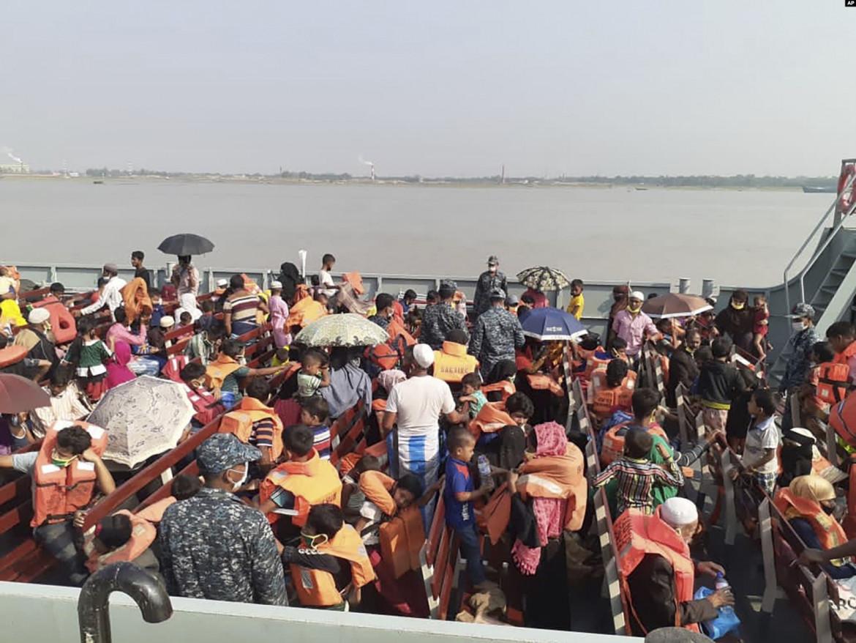 una delle navi su cui ieri i Rohingya sono stati trasferiti da Chittagong