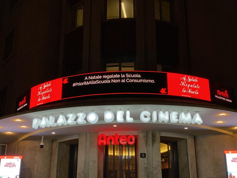 Priorità alla scuola, la protesta al teatro Anteo a Milano