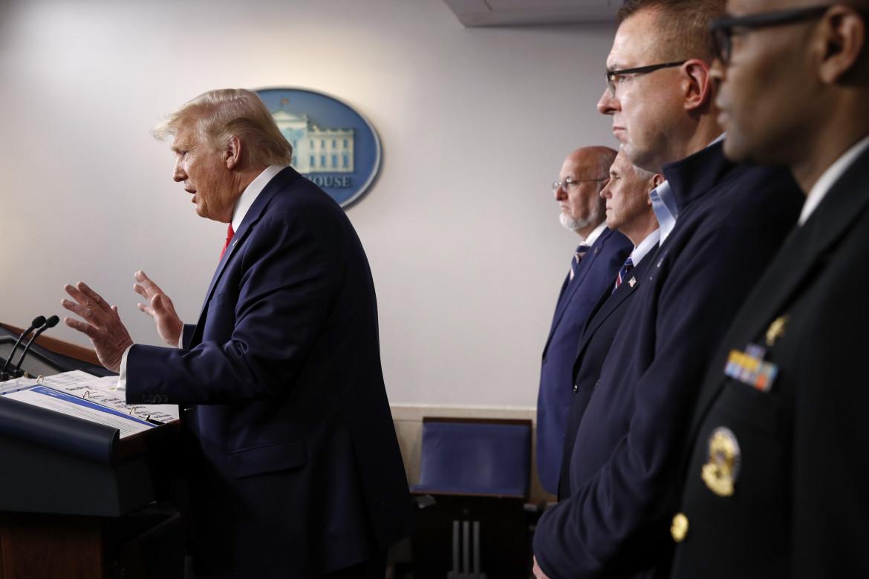 Briefing di Trump alla Casa Bianca. Dietro a lui si vedono il vicepresidente Mike Pence (secondo da sinistra) e il responsabile della Federal Emergency Management Agency (Fema) Peter Gaynor (secondo da destra)