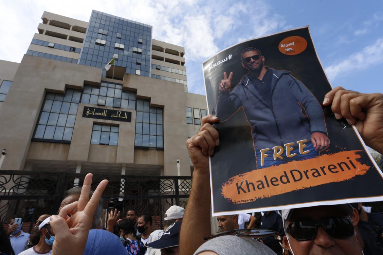 Algeri, protesta davanti al palazzo di Giustizia per chiedere la liberazione del reporter Khaled Drareni