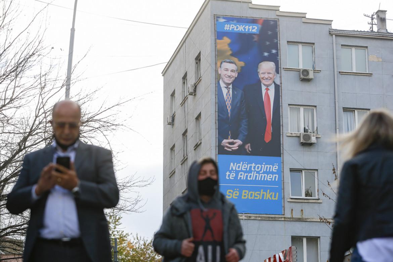Maxi poster nelle strade di Pristina con Donald Trump e l'ex leader del Partito democratico del Kosovo Kadri Veseli,  già comandante dell'Uck, arrestato su mandato della Cui per crimini contro l'umanità