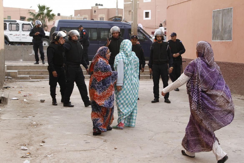 Donne saharawi e forse di sicurezza marocchine a Laayoune