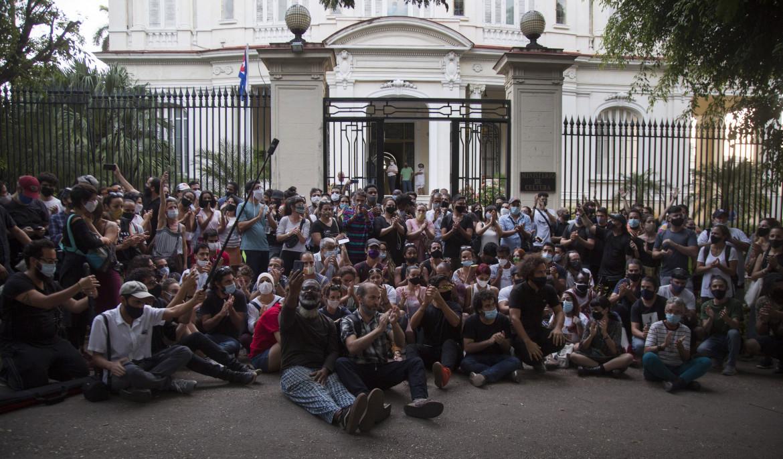 L'Avana, 27 novembre 2020. Foto di gruppo per i giovani artisti cubani che protestano di fronte al ministero della Cultura