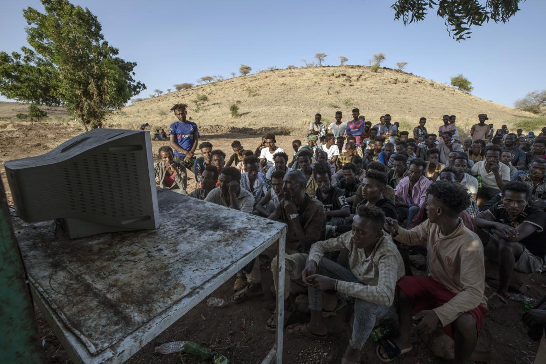 Profughi tigrini guardano le news grazie a un vecchio televisore nel capo di Qadarif, in Sudan