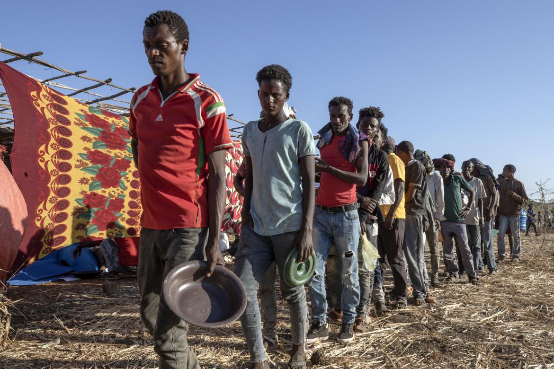 Rifugiati tigrini in fila per il cibo nel campo di Qadarif, nel Sudan orientale