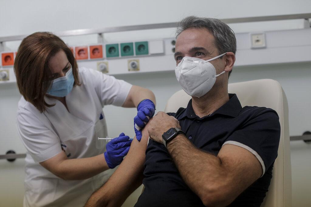 Il primo ministro Mitsotakis (Nea Dimokratìa) nel giorno del'arrivo dei vaccini