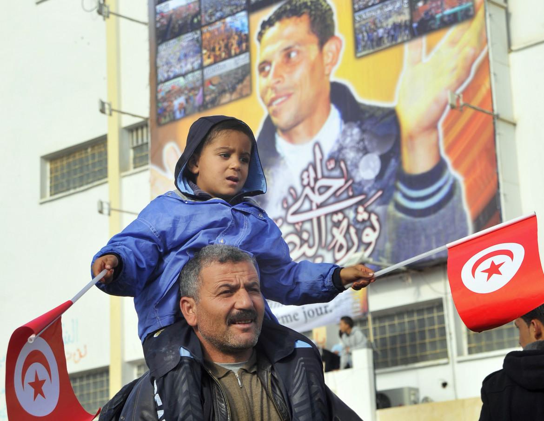 Mohammed Bouazizi ritratto sulla facciata di un palazzo a Sidi Bouzid, Tunisia