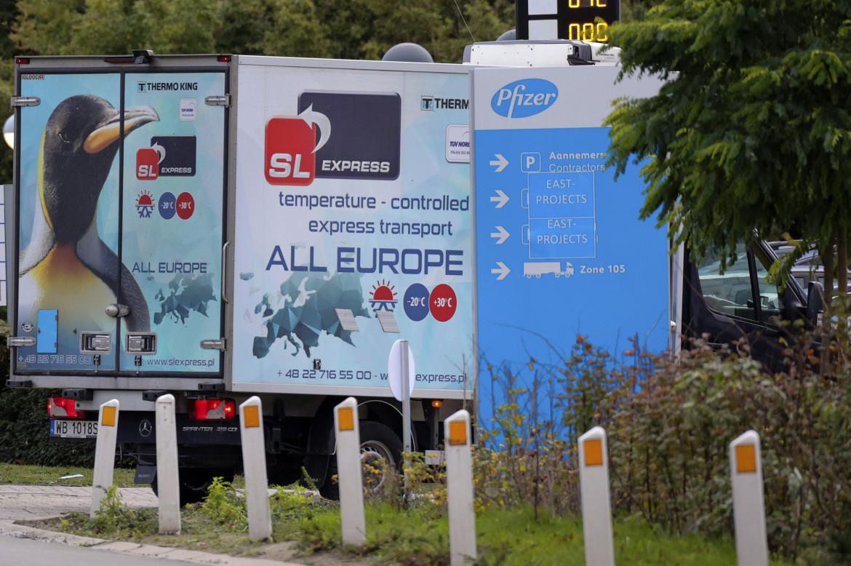 Un camion refrigerato entra nello stabilimento di produzione Pfizer a Puurs, in Belgio