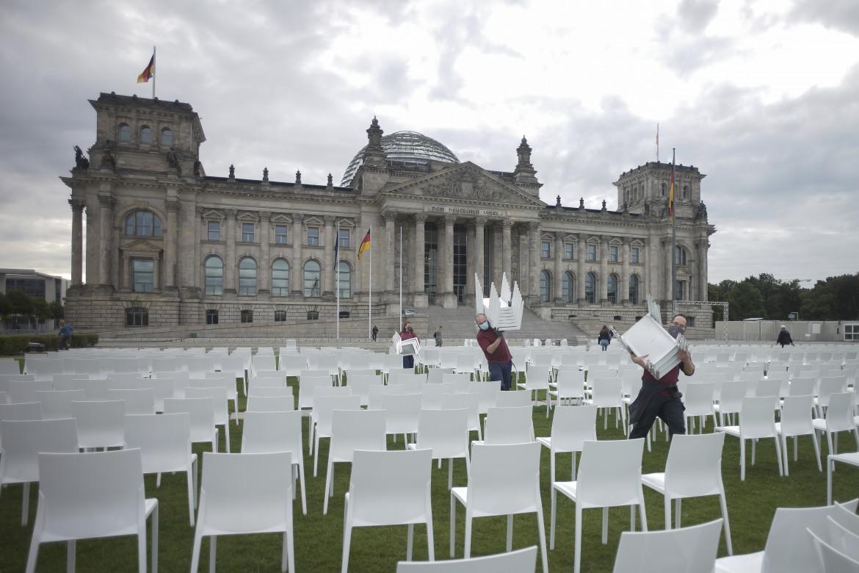 Protesta contro il razzismo, in basso una manifestazione