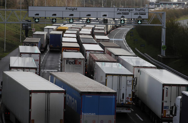 Camion davanti al check-in del tunnel sotto la Manica a Folkestone, in Inghilterra