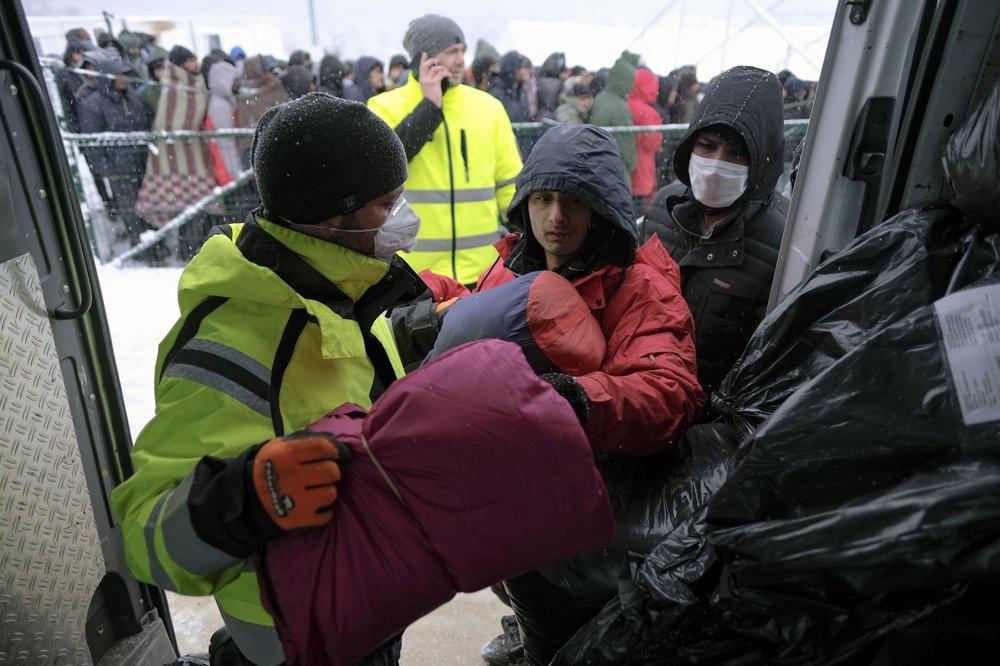 Rifugiati lasciano il campo di Lipa tra Bosnia e Croazia