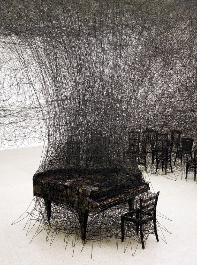 Un'opera di Chiharu Shiota