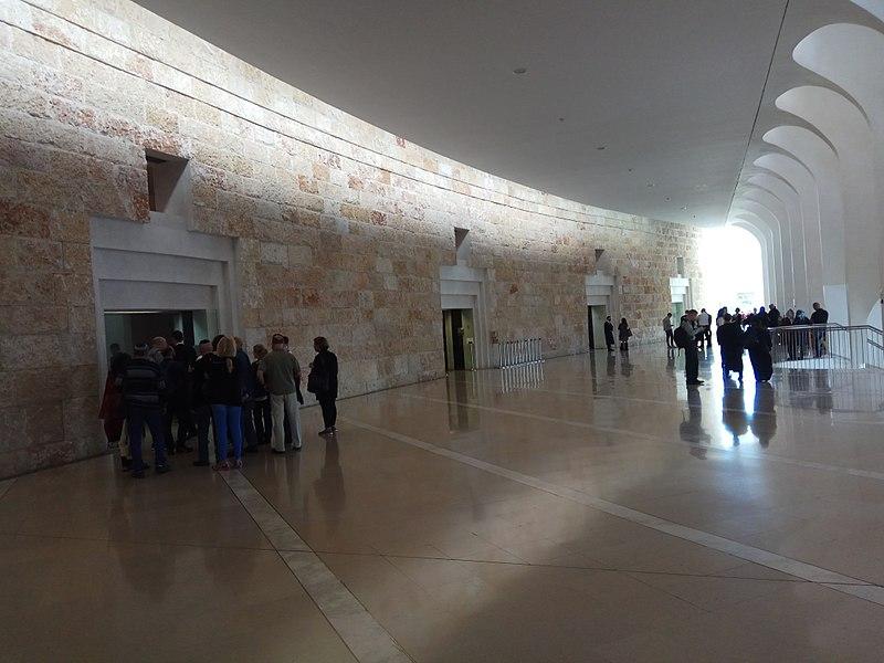 All'ingresso della Corte suprema israeliana