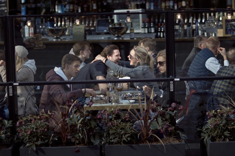 Ristoranti pieni a Stoccolma, in basso il premier Stefan Löfven