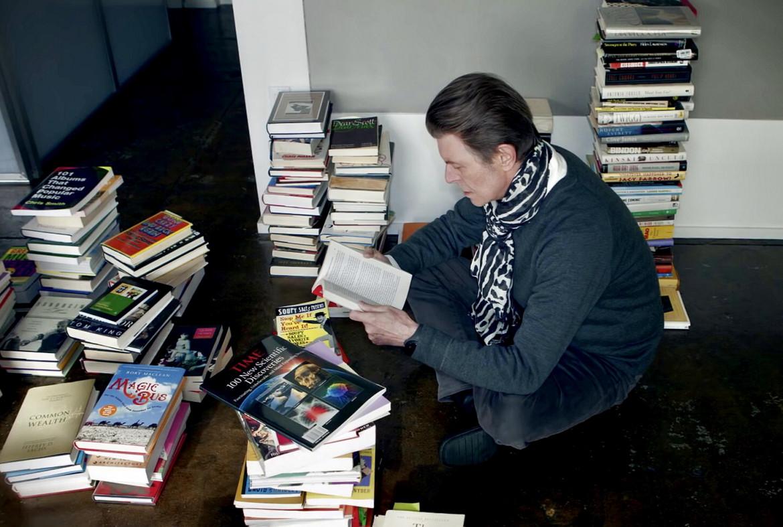 Un'immagine di David Bowie, immerso nella lettura