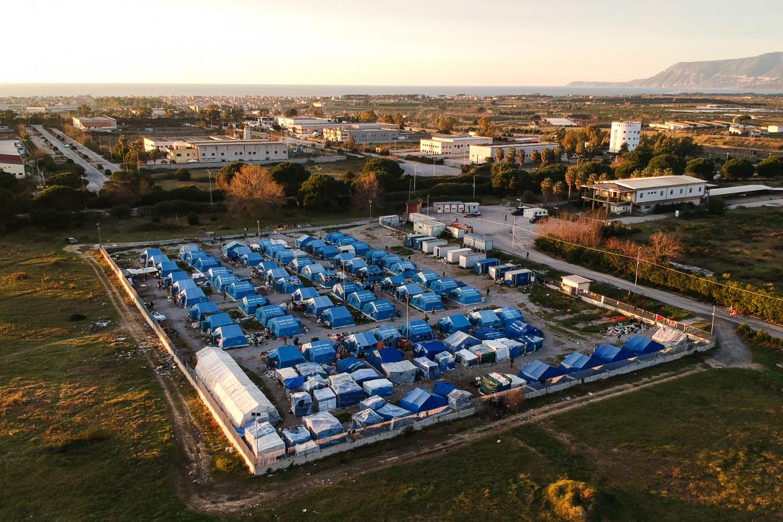 La tendopoli di San Ferdinando fotografata con il drone, in basso la clinica mobile di Medu a Taurianovanei e i laboratori di cucina e telaio di Camini