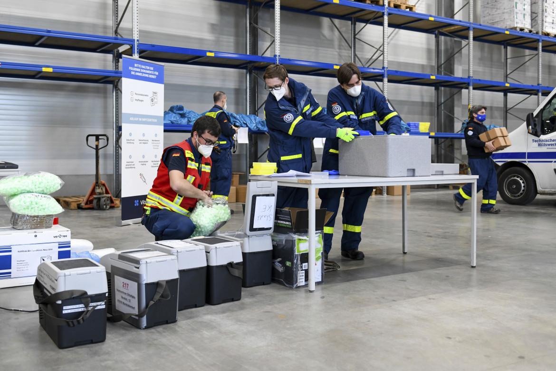 Consegna di fiale di vaccino in scatole refrigeranti presso il centro di vaccinazione di Dasing, in Germania